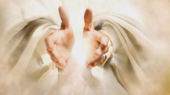 Человек прикасается к божественному