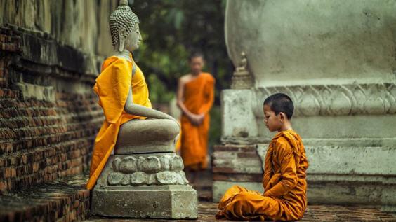 Ребенок молится Будде