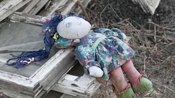 аренькая кукла в порванном платье